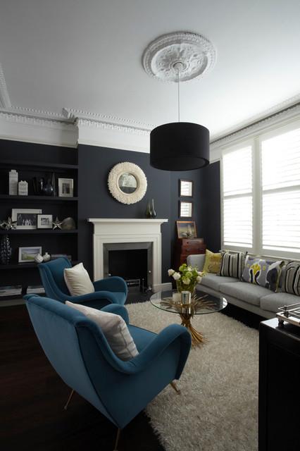 Modelo de salón para visitas actual, de tamaño medio, sin televisor, con paredes azules y chimenea tradicional