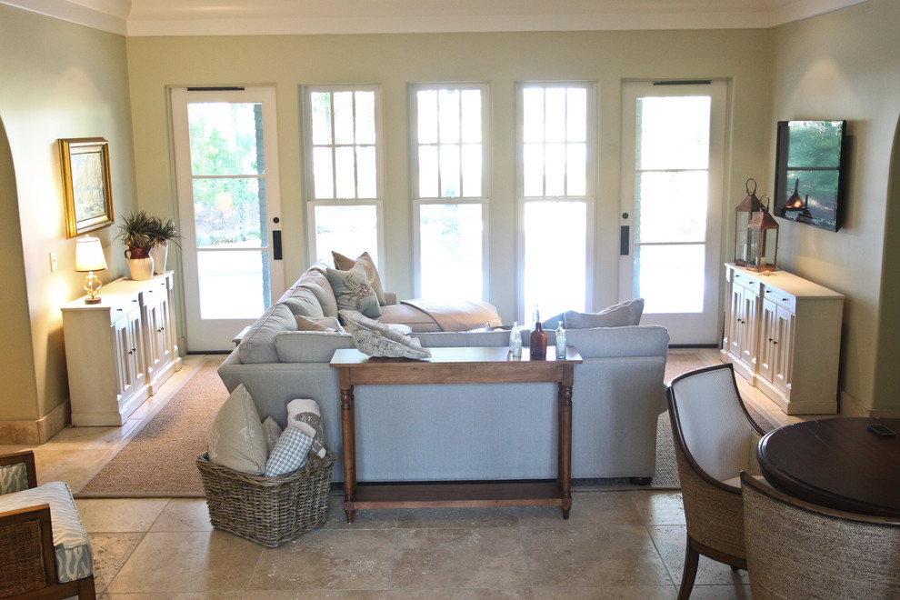 Example of an eclectic living room design in Charleston