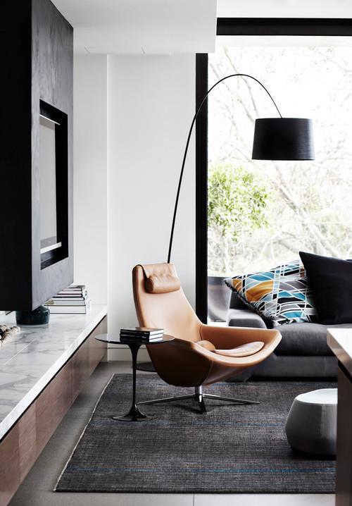 fauteuil en cuir brun moderne avec table d'appoint et luminaire
