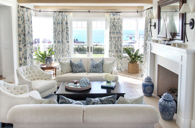 Cozy Coastal Beach House Beach Style Living Room