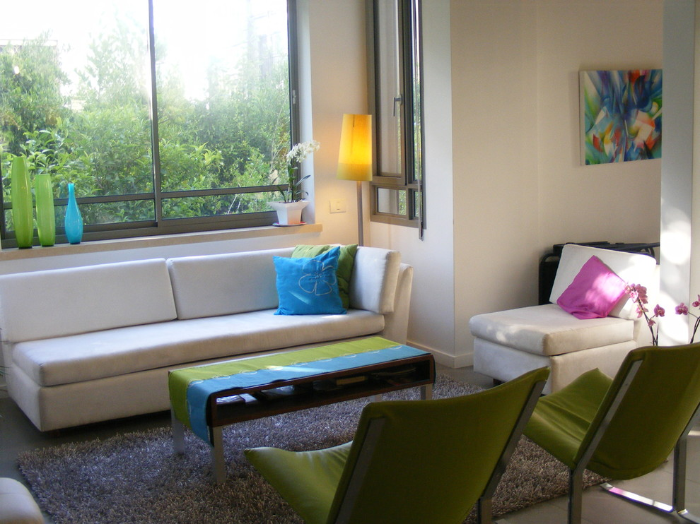 Example of an eclectic living room design in Tel Aviv with white walls