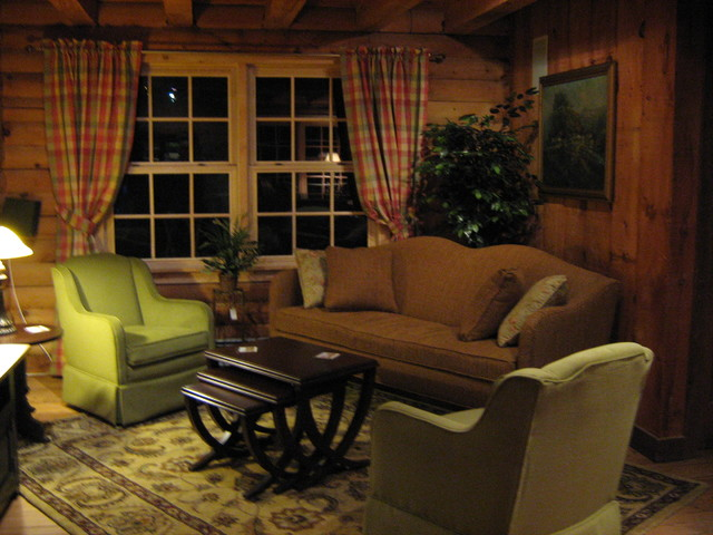 Cozy new england log cabin for Log living room