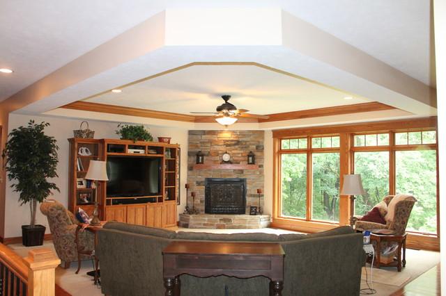 Cette image montre un salon craftsman de taille moyenne avec moquette, une cheminée standard et un manteau de cheminée en pierre.