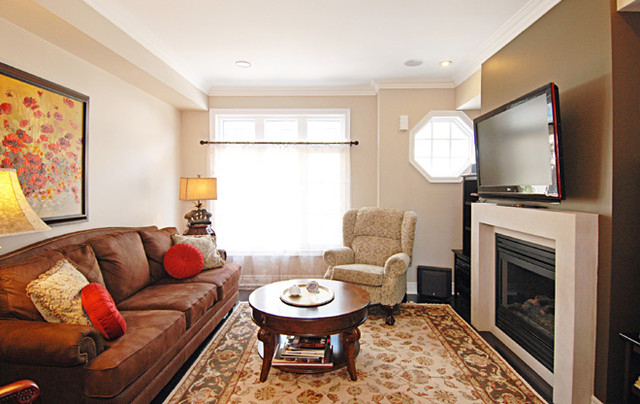 Example of a classic living room design in Toronto