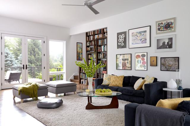 Modelo de salón contemporáneo con paredes blancas y suelo de madera en tonos medios