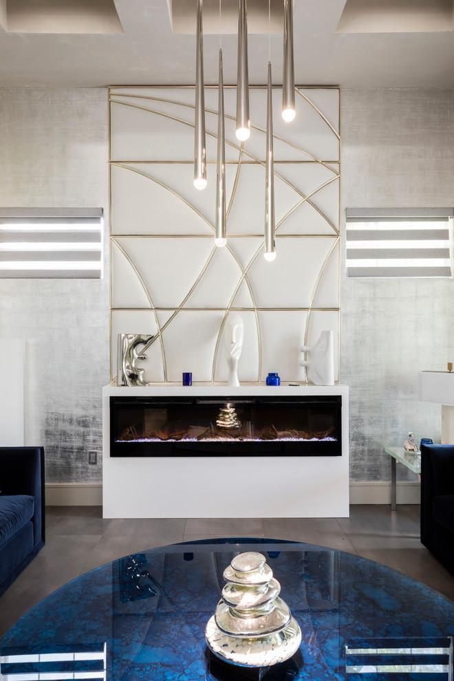 Modelo de salón para visitas abierto, actual, grande, con paredes grises, suelo de baldosas de porcelana, todas las chimeneas, marco de chimenea de piedra y suelo gris