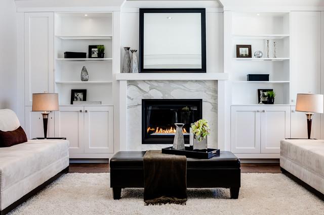 Repräsentatives, Fernseherloses Klassisches Wohnzimmer mit weißer Wandfarbe und Kamin in Toronto