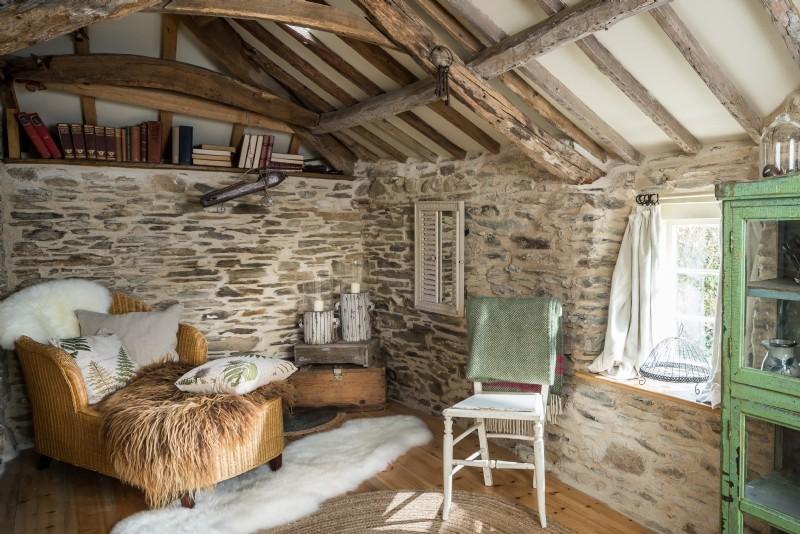 Ispirazione per un soggiorno country chiuso con libreria, pareti bianche, parquet chiaro e nessuna TV