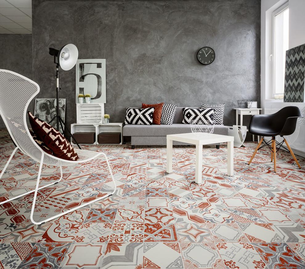 Modelo de salón cerrado, industrial, de tamaño medio, con paredes grises y suelo de baldosas de cerámica