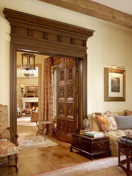 zona de paso con puerta de madera labrada