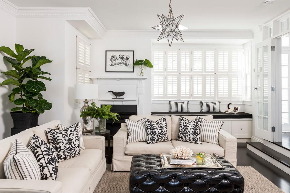 На фото: изолированные гостиные комнаты в классическом стиле с белыми стенами, темным паркетным полом, стандартным камином, фасадом камина из штукатурки и черным полом