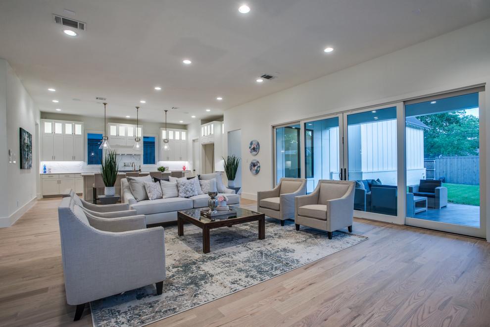 Foto de salón para visitas abierto, clásico renovado, con paredes blancas, suelo de madera en tonos medios y suelo marrón