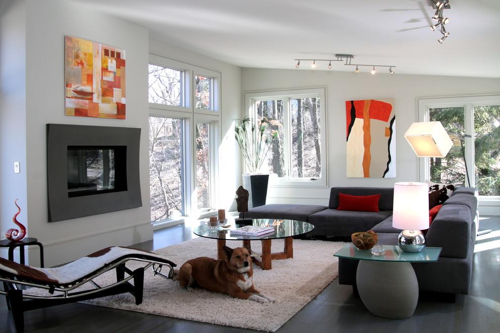 Foto de salón para visitas abierto, contemporáneo, de tamaño medio, sin televisor, con paredes blancas, suelo de cemento, todas las chimeneas, marco de chimenea de metal y suelo gris