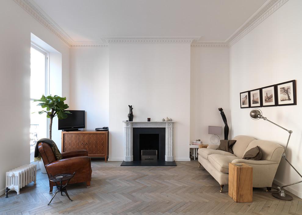 Réalisation d'un salon nordique avec une salle de réception, un mur blanc, un sol en bois clair, une cheminée standard et un téléviseur indépendant.