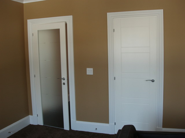 Interior doors in white lacquered finish pangea for Living room doors