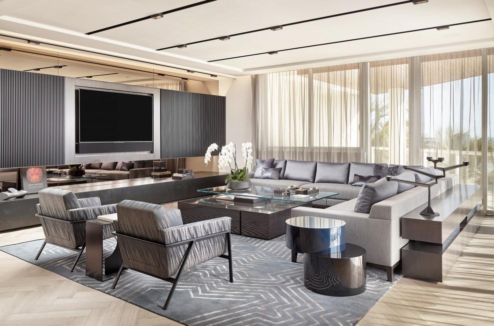 Foto de salón abierto, actual, con paredes blancas, suelo de madera clara, televisor colgado en la pared y suelo beige