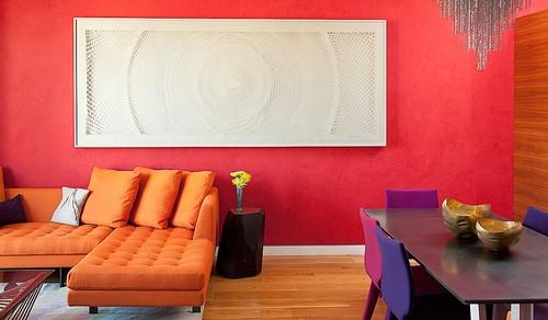 salon très coloré, entre rouge, orange et violet vif