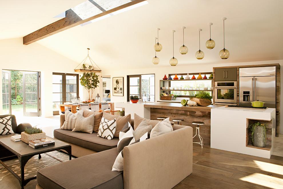 Idee per un soggiorno country con pareti bianche, parquet scuro e pavimento marrone