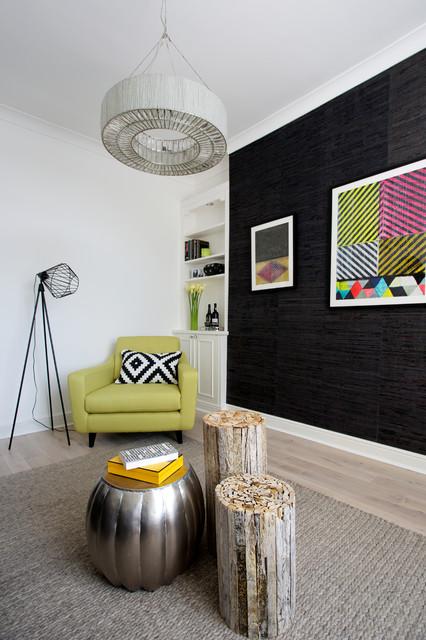 Foto de salón actual con paredes negras y suelo de madera clara