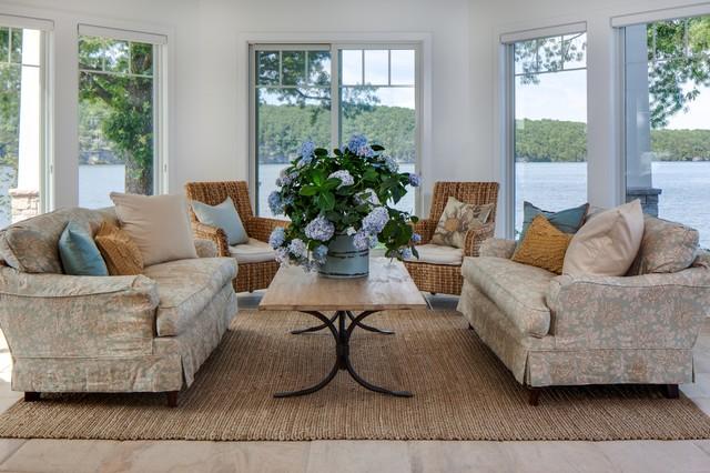 Idee per un soggiorno chic di medie dimensioni e aperto con pareti bianche, parquet scuro e pavimento marrone