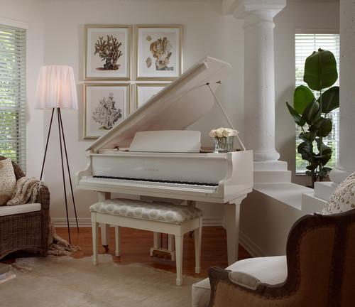 お部屋全体がアイボリーの優しい雰囲気でとってもあたたかい印象♡グランドピアノなのに威圧感を感じず、お部屋のインテリアとしてなじんでいるところが魅力的です。温かい飲み物を飲みながらピアノ鑑賞を楽しみたくなるような空間です。