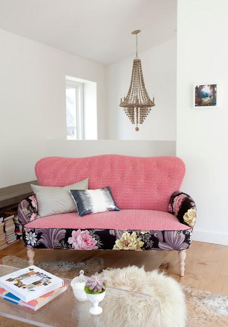 Diseño de salón bohemio con paredes blancas