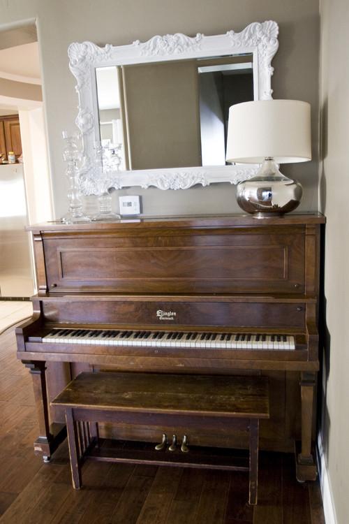 少しコンパクトな木目調のピアノがコーナーにぴったりすっきり置かれていて、ピアノの大きさを感じることなく、お部屋にマッチしています!