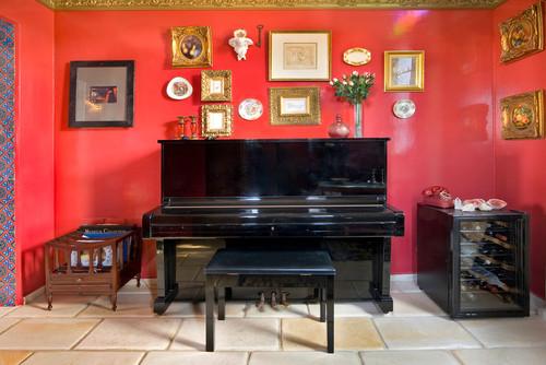 光沢のある真赤な壁に黒のピアノがとっても引き立つインパクトがあるスタイリッシュな空間です。