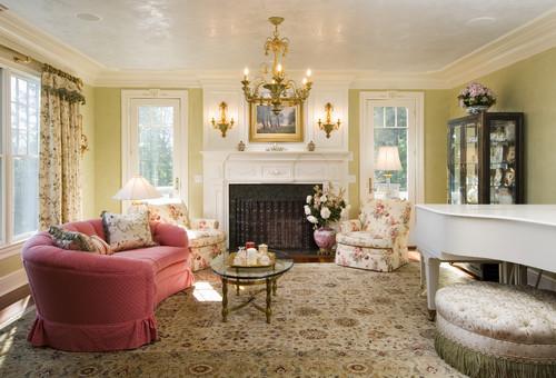 jasny salon wstylu angielskim, kwiatowe wzory, meble tapicerowane