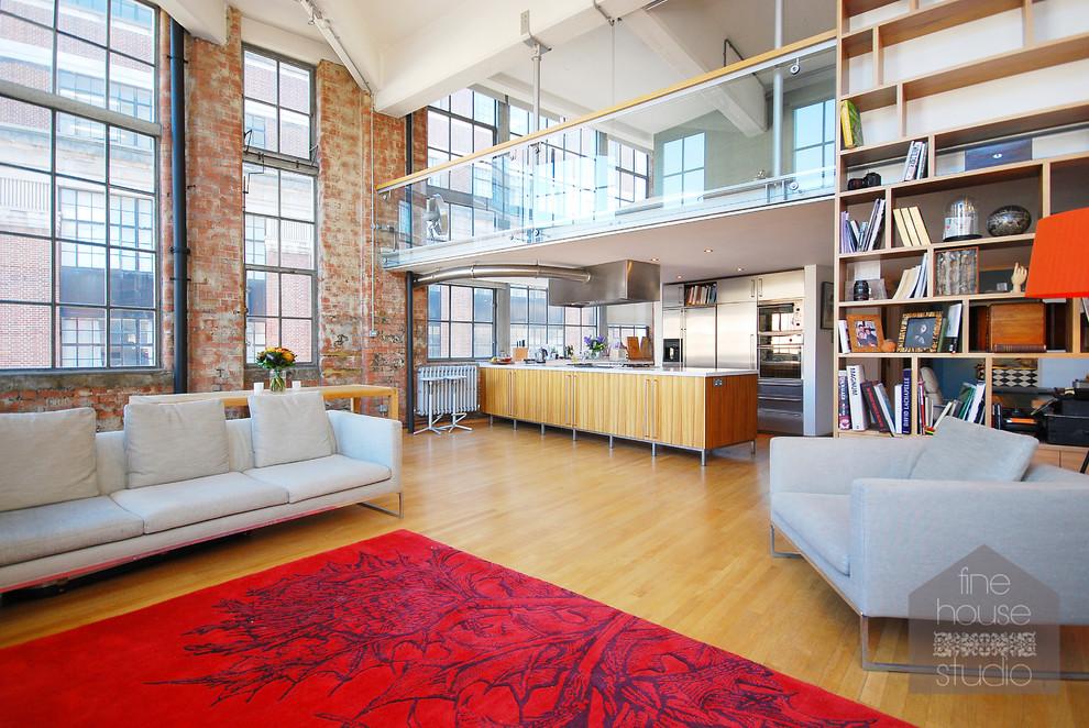 Aménagement d'un très grand salon éclectique avec un mur multicolore, un sol en bois clair et un téléviseur fixé au mur.