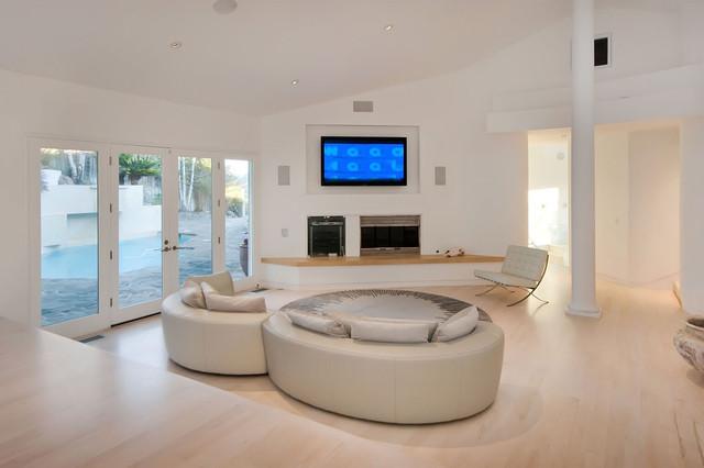 Ejemplo de salón moderno con paredes blancas, chimenea tradicional y pared multimedia