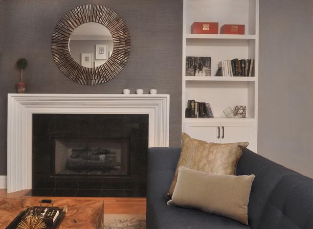 Ispirazione per un soggiorno chic di medie dimensioni con pareti grigie, pavimento in legno massello medio, camino classico, cornice del camino in pietra e parete attrezzata