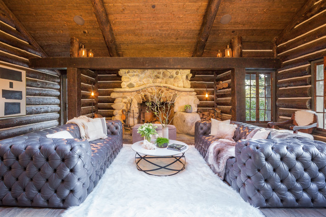 luxe log cabin in the canyon ラスティック リビングルーム