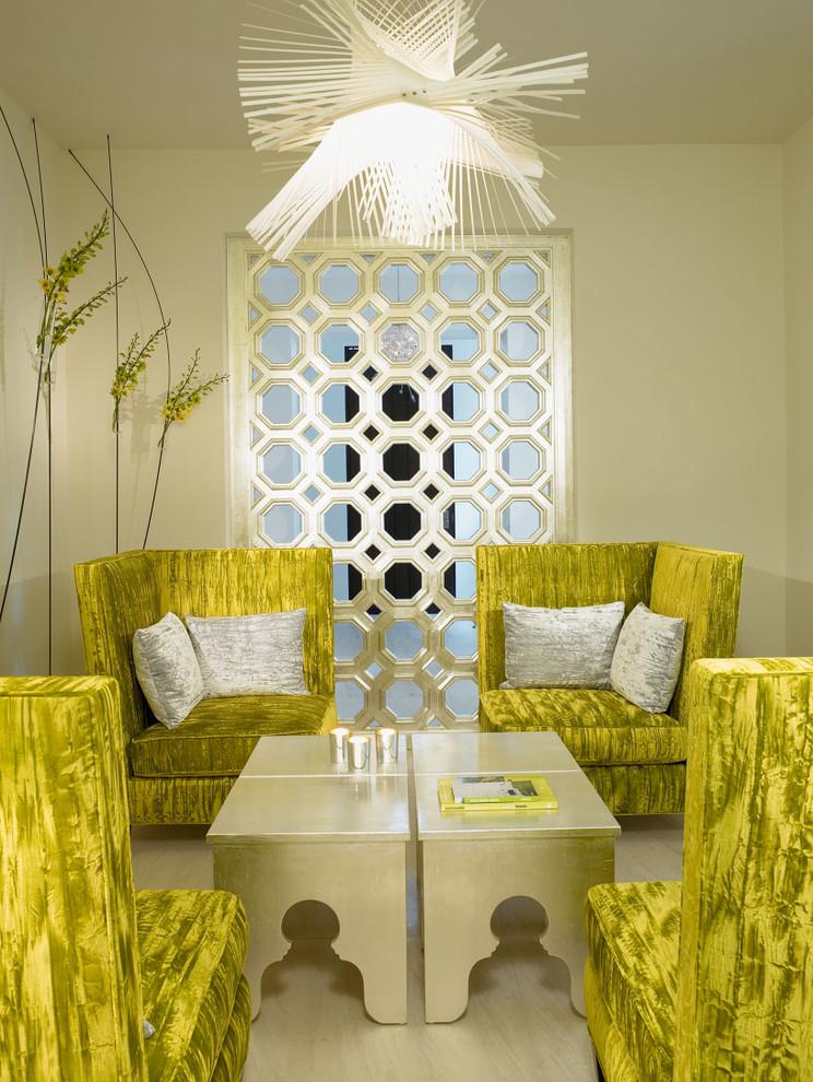 Immagine di un piccolo soggiorno mediterraneo con pareti beige