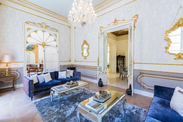 Modelo de salón para visitas cerrado, clásico, grande, sin televisor, con paredes blancas y suelo de madera en tonos medios