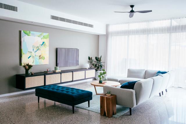 Ejemplo de salón cerrado, actual, con paredes multicolor y televisor colgado en la pared