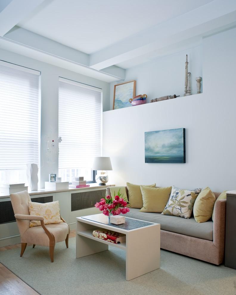 Immagine di un piccolo soggiorno design aperto con sala formale, pareti bianche, parquet chiaro e pavimento beige
