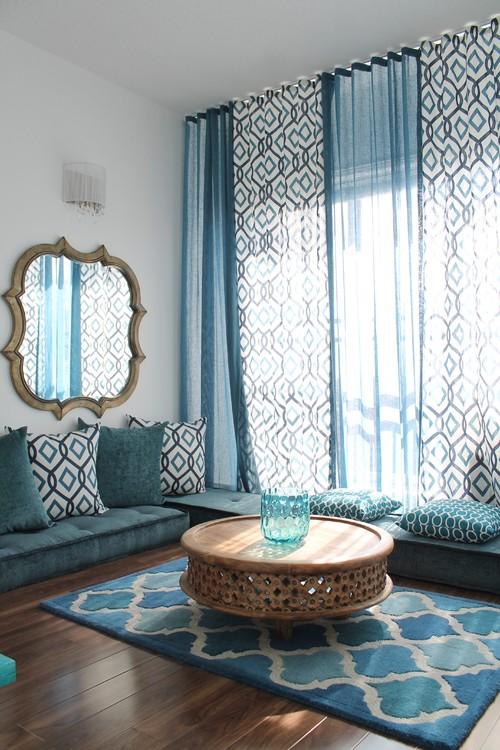 Salon oriental bleu avec motifs géométriques