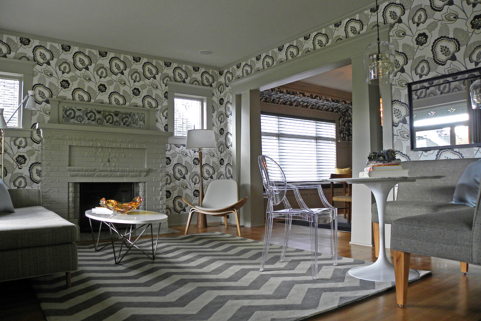 Источник вдохновения для домашнего уюта: изолированная гостиная комната в стиле кантри с паркетным полом среднего тона, стандартным камином и фасадом камина из кирпича без ТВ