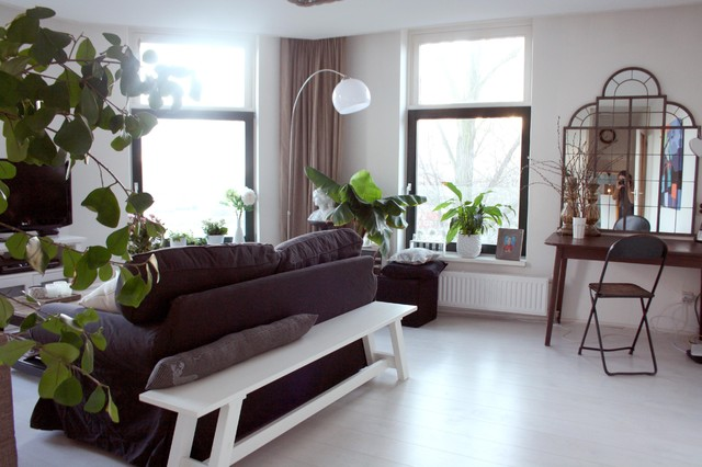 Example of an eclectic living room design in Amsterdam