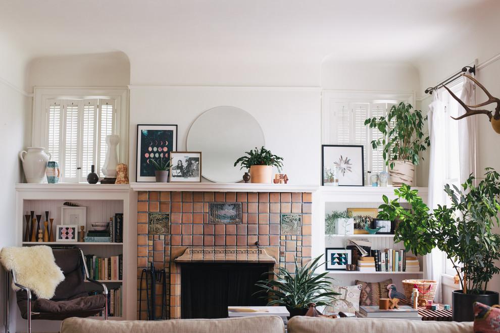 Пример оригинального дизайна: гостиная комната в стиле фьюжн