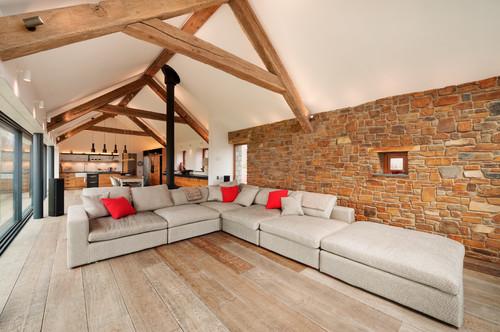 Somptueux canapé d'angle dans un salon alliant contemporain et ancien