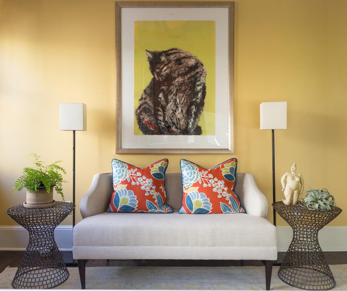 ニューオリンズの中くらいのトランジショナルスタイルのおしゃれなLDK (黄色い壁、濃色無垢フローリング、暖炉なし、茶色い床) の写真