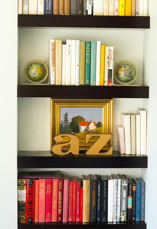 本棚に置かれた地球儀型のブックエンド。シャープな直線で構成される本棚に丸いアクセントを添えています。