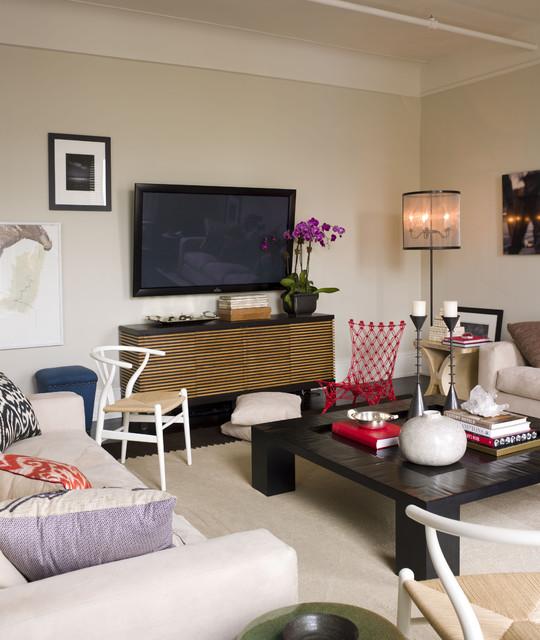 Diseño de salón actual con paredes beige y televisor colgado en la pared