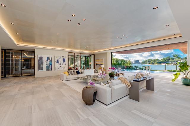 Ispirazione per un soggiorno design aperto con pareti beige e pavimento grigio