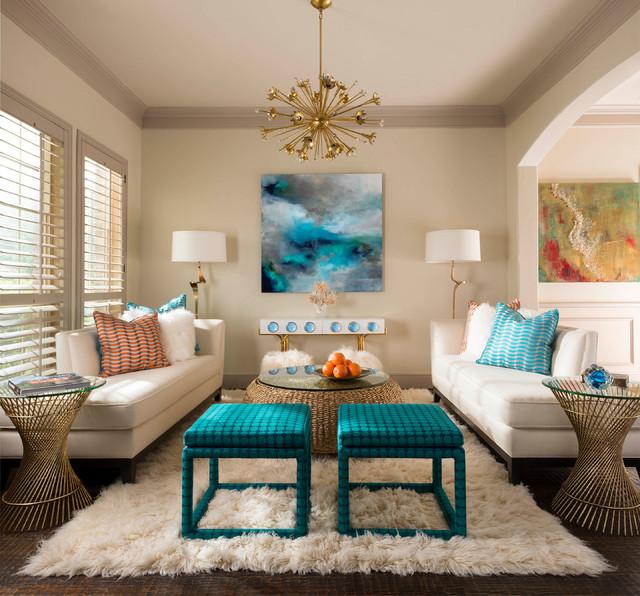 Ejemplo de salón para visitas abierto, tradicional renovado, pequeño, sin chimenea y televisor, con paredes beige, suelo de madera oscura y suelo marrón