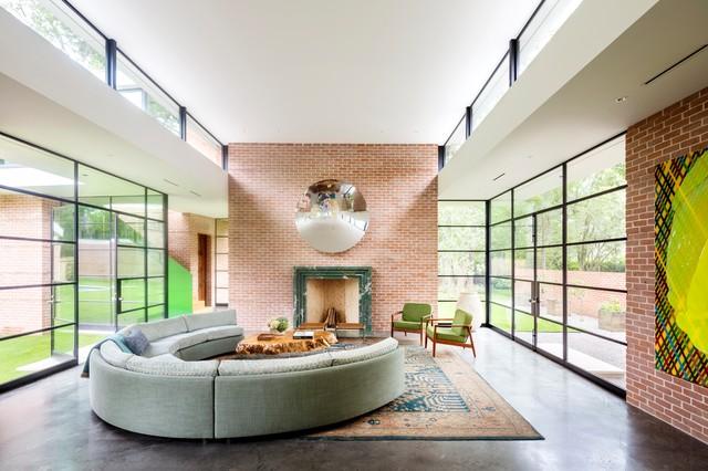 Modelo de salón abierto, vintage, con paredes rojas, suelo de cemento, chimenea tradicional y suelo gris