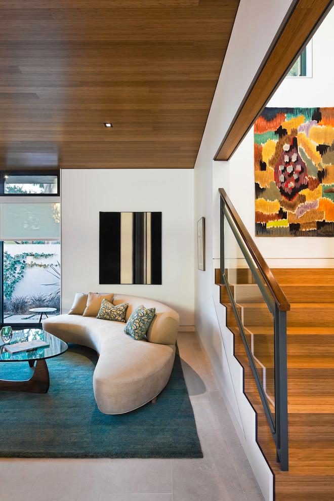 Esempio di un soggiorno moderno con pareti bianche