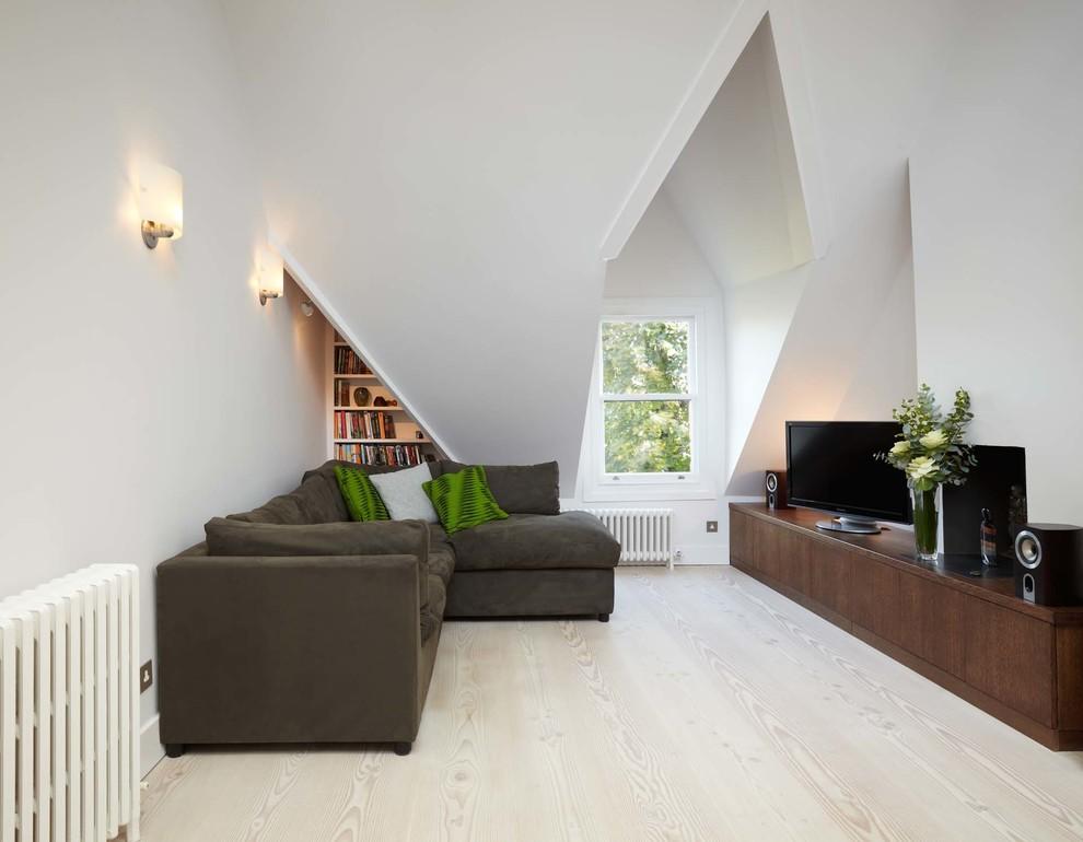 Idee per un soggiorno scandinavo di medie dimensioni e aperto con sala formale, pareti bianche, parquet chiaro e TV autoportante